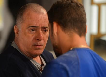 Zé Maria dá de cara com Juliano e recebe ultimato