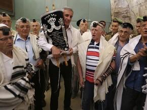 Judeus sobreviventes do Holocausto participam de cerimônia de Bar Mitzvah nesta segunda-feira (29) em Jerusalém (Foto: MENAHEM KAHANA / AFP)