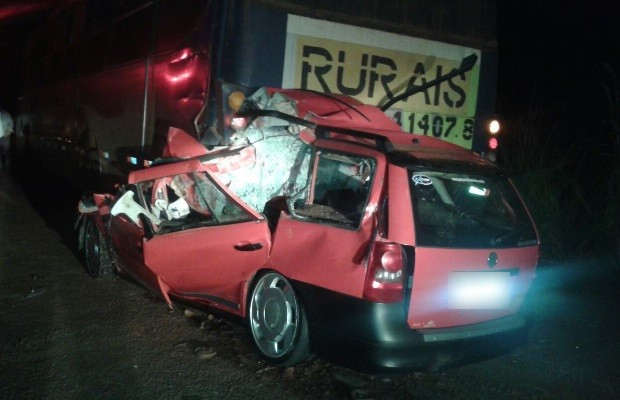 Três pessoas morrem após carro bater na traseira de ônibus na GO-476, em Morrinhos, Goiás (Foto: Samuelreis.net/Divulgação)