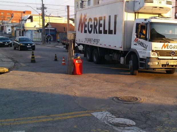 Motoristas são obrigados a desviar de buraco em avenida de Jundiaí (Foto: Cícero Lopes da Silva / TEM Você)