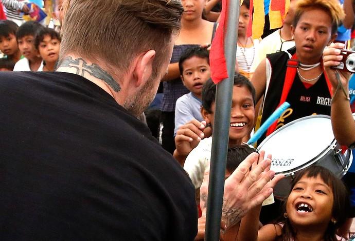 Beckham visita área devastada nas Filipinas (Foto: Reuters)