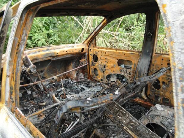 Carro de Anacleto foi encontrado carbonizado (Foto: Polícia Civil/Divulgaçãp)