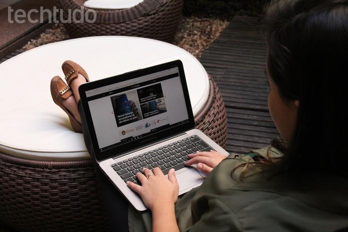 Mulher no computador (Foto: Zíngara Lofrano/TechTudo)