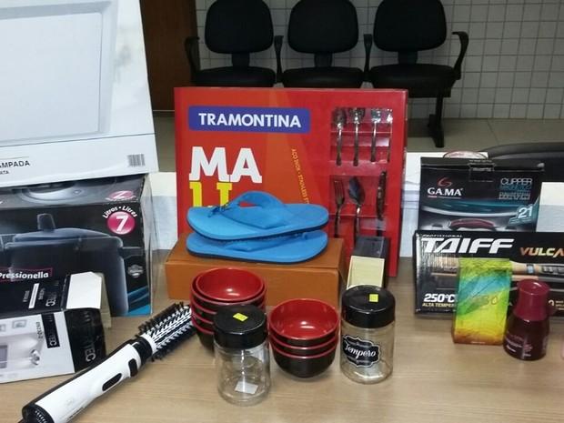 Polícia apreendeu produtos comprados com cartões de clientes em João Pessoa (Foto: Divulgação/Secom-PB)