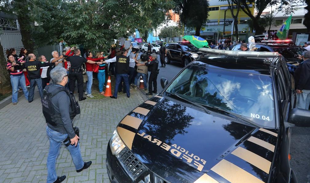 Dirceu chega à Justiça Federal, em Curitiba, em meio a protestos (Foto: Giuliano Gomes/ PR Press)