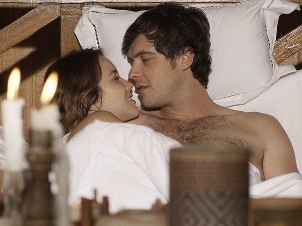 Laura e Caíque têm a primeira noite de amor (Foto: TV Globo)
