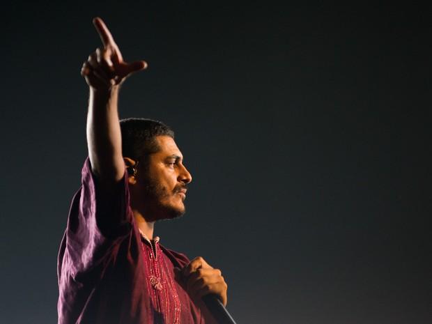 O rapper Criolo balança o público do festival João Rock 2015 em Ribeirão Preto, SP (Foto: Érico Andrade/G1)