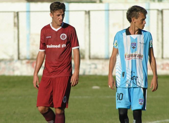 Volante Lucas Valim atuou improvisado na lateral direita da Desportiva (Foto: Henrique Montovanelli/Desportiva Ferroviária)