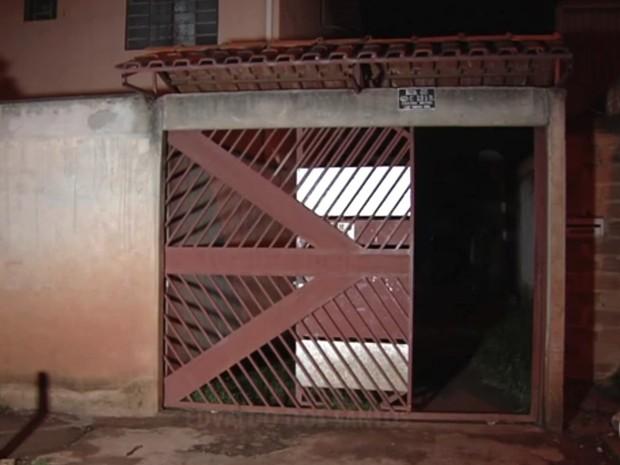 Casal de namorados é encontrado morto em casa no Setor Chácaras Retiro, em Goiânia, Goiás (Foto: Reprodução/ TV Anhanguera)