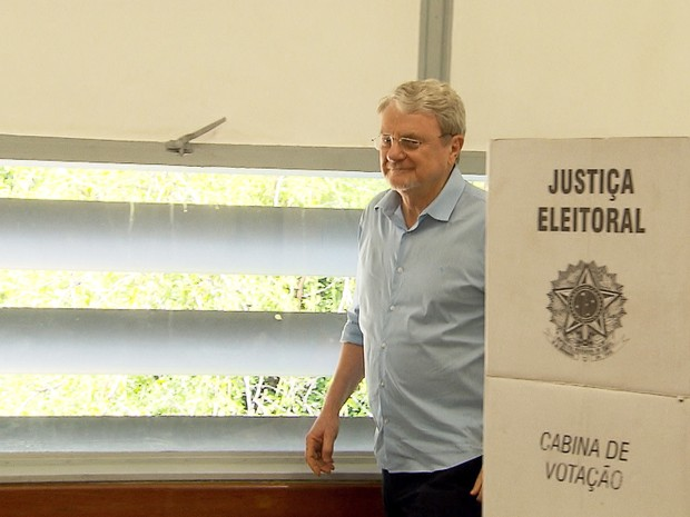 Prefeito Márcio Lacerda (PSB) vota na Escola Estadual Milton Campos (Foto: Reprodução/TV Globo)