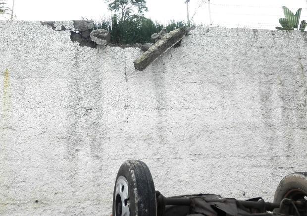 Carro despencou de mureta (Foto: Nelson Proença/Você no G1)