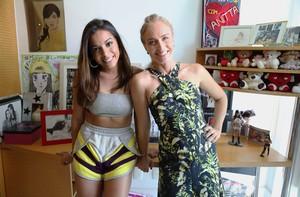 Anitta e Angélica posam no quarto dos fãs (Foto: Pedro Curi / Gshow)