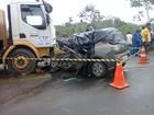 Mulher morre após carro que ela dirigia bater de frente com carreta