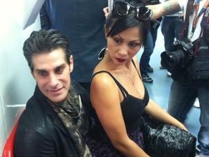Perry Farrell e sua mulher Etty andam de trem em São Paulo durante evento de promoção do festival Lollapalooza, que acontece em abril de 2014 (Foto: G1)