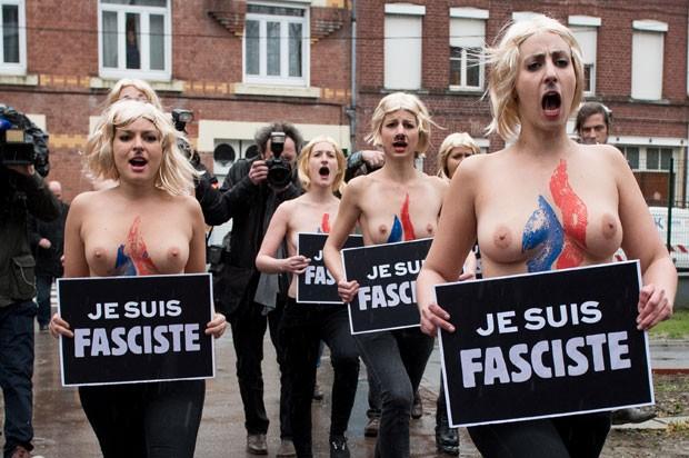 De topless, ativistas do Femen protestaram contra a líder da extrema-direita francesa, Marine Le Pen (Foto: Denis Charlet/AFP)