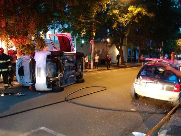 Carro capotou em rua de Pinheiros e deixou uma mulher ferida (Foto: Fabio Tito/G1)