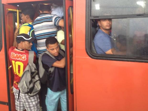 Passageiros afirmam que é comum os ônibus sairem com portas abertas todos os dias por causa da lotação (Foto: Kety Marinho/TV Globo)