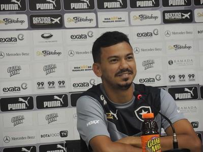 Rodrigo Lindoso coletiva Botafogo (Foto: Marcelo Baltar)