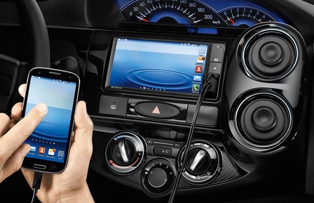 Central multimídia do Toyota Etios espelha smartphones (Foto: Divulgação)