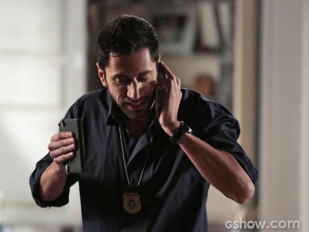 O investigador alerta Ben sobre o perigo (Foto: Felipe Monteiro/ TV Globo)