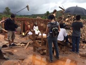 Equipe do longa A Serpente nos escombros de Mariana (Foto: Divulgação)