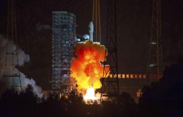 Sonda espacial chinesa é lançada nesta sexta-feira (24) em Sichuan. Equipamento fará missão à Lua  (Foto: AP)