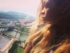 Rihanna posa com paisagem espanhola ao fundo