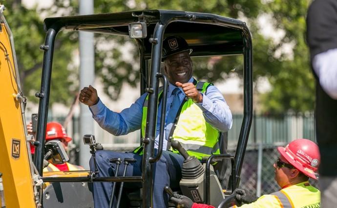 Magic Johnson dirigiu caminhão de construção em evento realizado nesta terça-feira (Foto: Reprodução/ Twitter)