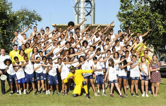 Bolt posa com as crianças (Foto:  Bernardo Jucá)