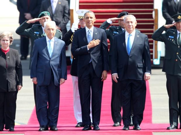Presidente dos EUA, Barack Obama ,  entre o primeiro-ministro israelense Benjamin Netanyahu (à direita) e presidente Shimon Peres (à esquerda) escutam hino nacional noaeroporto de Israel nesta quarta-feira (20) (Foto:  AFP PHOTO / JACK GUEZ)
