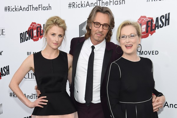 Mamie Gummer e Meryl Streep com Rick Springfield, que também participa de 'Ricki and the Flash' (Foto: Getty Images//Twitter)