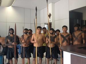 Ìndios estão acampados no prédio da Secretaria Especial de Saúde Indígena (Sesai), no Centro de Boa Vista (Foto: Emily Costa/ G1 RR)