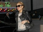 Lindsay Lohan deixa sutiã à mostra com blusa transparente