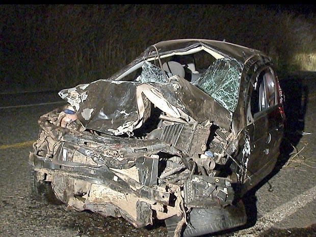 Carro que bateu numa moto na DF-345 nesta sexta-feira (16) ficou totalmente destruído (Foto: TV Globo / Reprodução)