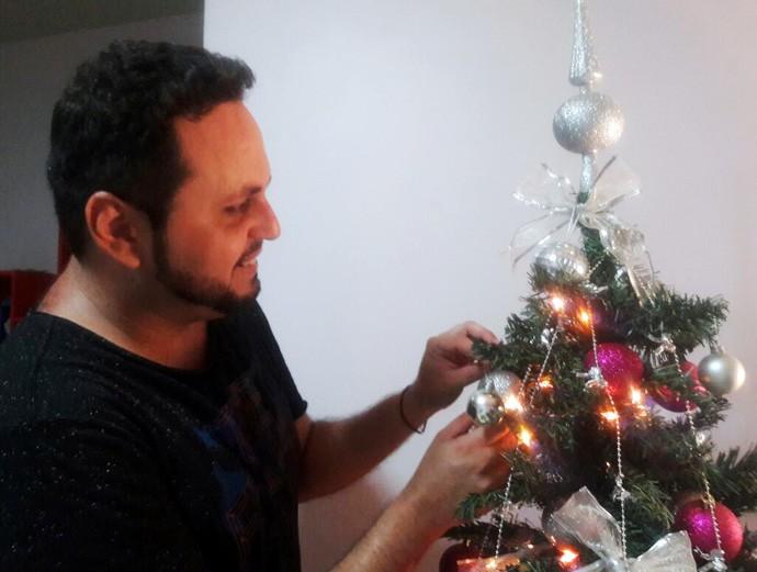 Igor Carvalho aprendeu a viver o Natal sem familiares (Foto: Gshow/Rede Clube)