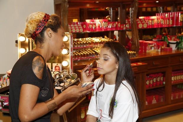 A atleta Flávia Saraiva gosta de maquiagem leve e clarinha nas provas de ginástica olímpica (Foto: Ag. News)