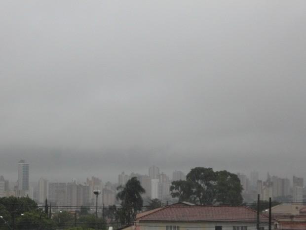 Céu de Campo Grande na tarde desta terça-feira (25) (Foto: Lucas Lourenço/G1 MS)