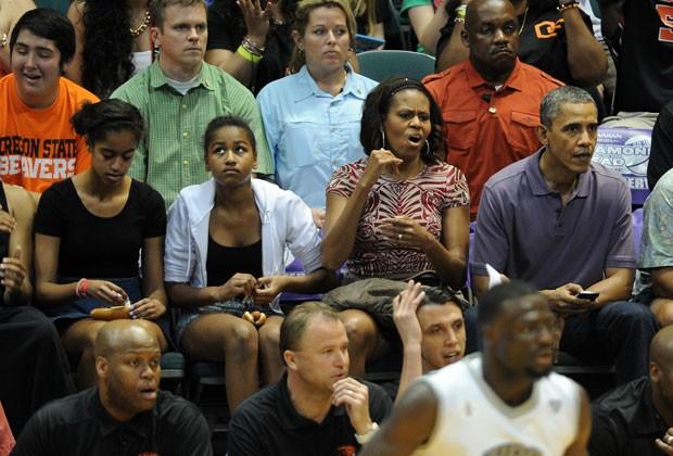 Obama, Michelle e as filhas do casal, Malia e Sacha, torcem pelo time de basquete da Oregon State University (Foto: Jewel Samad/AFP)