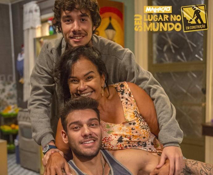 Personagens de Lucas Lucco, Solange Couto e Vitor Novello formarão uma família simples (Foto: Renato Rocha Miranda/TV Globo)