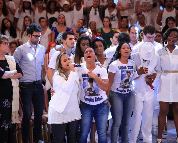 Familiares e amigos cantam com Bruna Karla (Foto: TV Globo/João Januário)