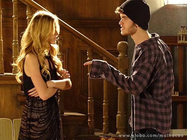 Sidney vai até o casarão para fazer um convite à Sofia, mas leva toco (Foto: Malhação / TV Globo)