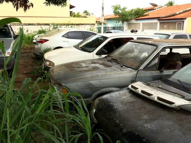 Carros apreendidos em delegacia de Várzea Grande (Foto: Reprodução/ TVCA)