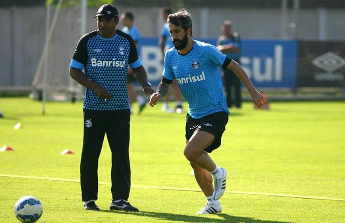 Douglas retorna após lesão em 1º treino de Lucas Ramon no Grêmio f0d96a7a68883