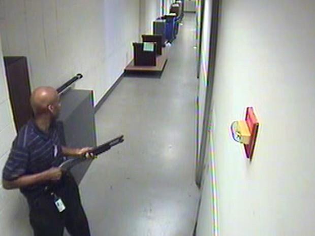 Imagem de vídeo fornecida pelo FBI, mostra Aaron Alexis andando armado pelos corredores do prédio da Marinha de Washington no dia 16 de setembro. (Foto: FBI/AP)