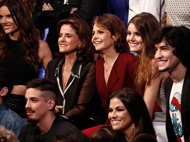Time de estrelas! Alessandra Ambrosio, Marieta Severo, Camila Queiroz e Drica Moraes posam junto ao elenco (Foto: Inácio Moraes/Gshow)