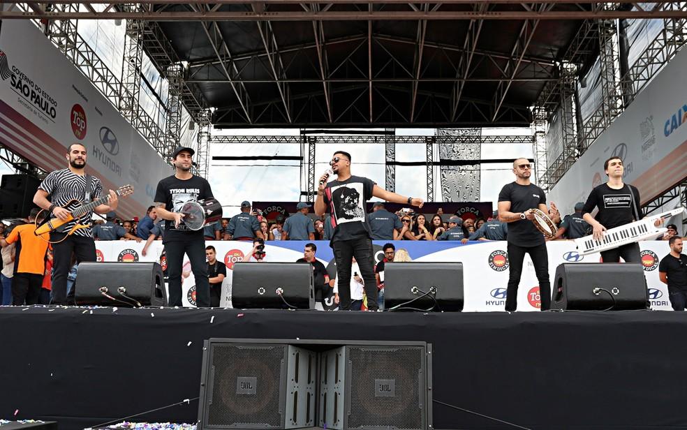 Sorriso Maroto se apresenta no palco do show de Primeiro de Maio (Foto: Celso Tavares/G1)