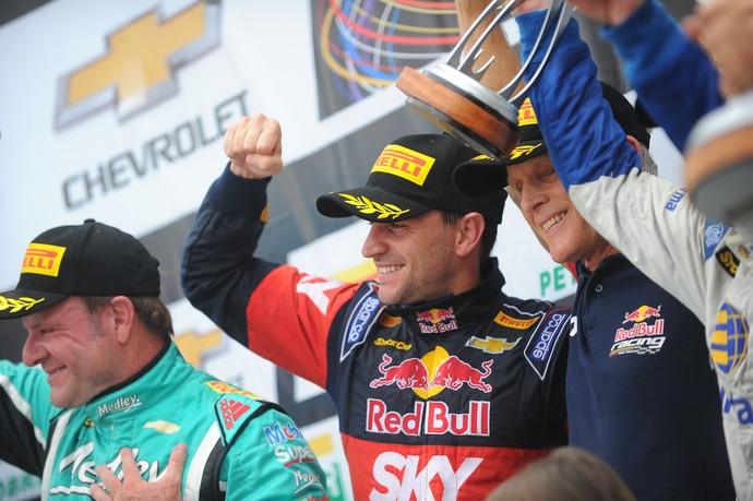 Daniel Serra venceu a corrida e Rubens Barrichello ficou em segundo na decisão da Stock Car (Foto: Duda Bairros)