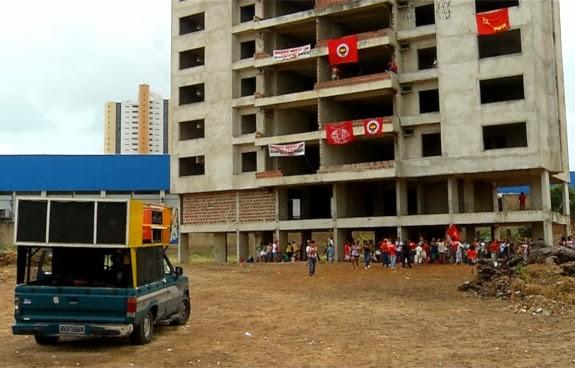 Grupo do Movimento Nacional de Luta pela Moradia ocupou prédio nesta sexta (20) (Foto: Reprodução/Inter TV Cabugi)