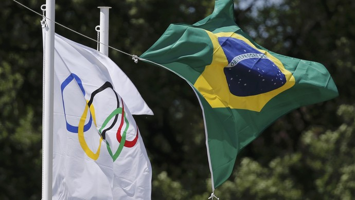 Bandeiras Brasil Olimpíadas Revezamento tocha (Foto: REUTERS/Alkis Konstantinidis)
