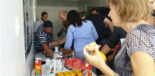 Café da manhã para comemorar o dia do jornalista  (Foto: Reprodução/TV Gazeta)